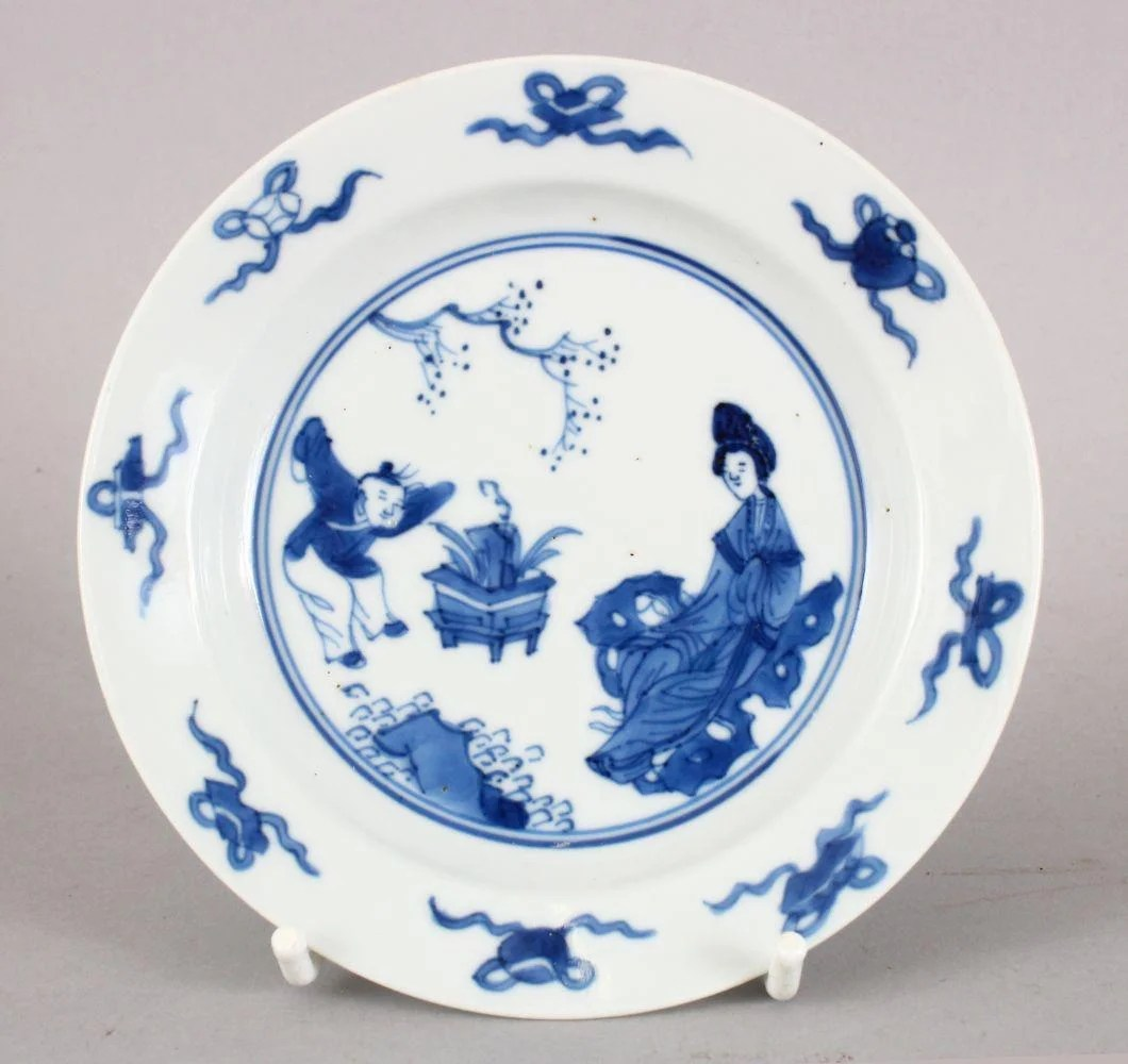 A GOOD 18TH CENTURY KANGXI PERIOD BLUE & WHITE
