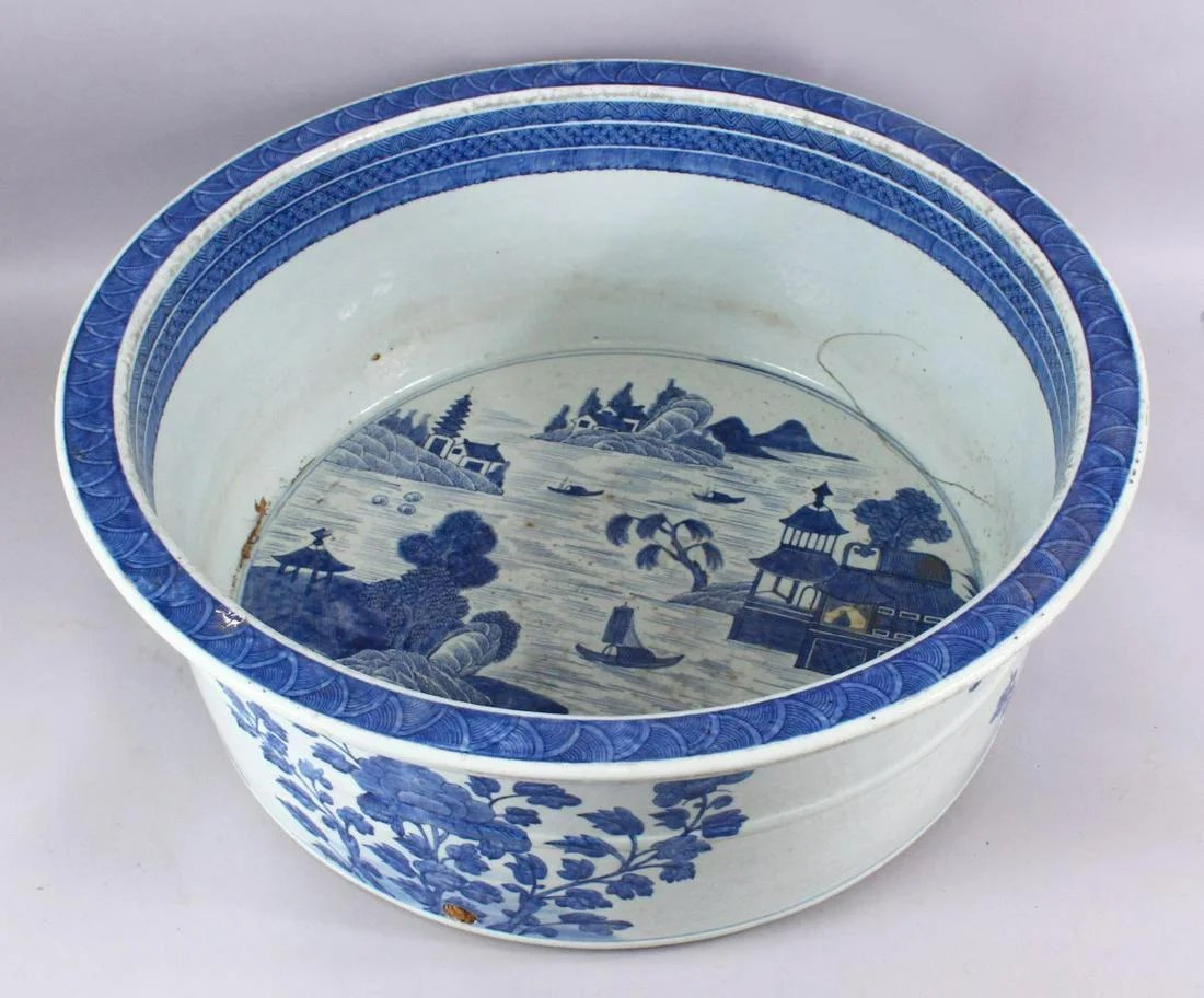 A LARGE 18TH CENTURY CHINESE QIANLONG BLUE & WHITE