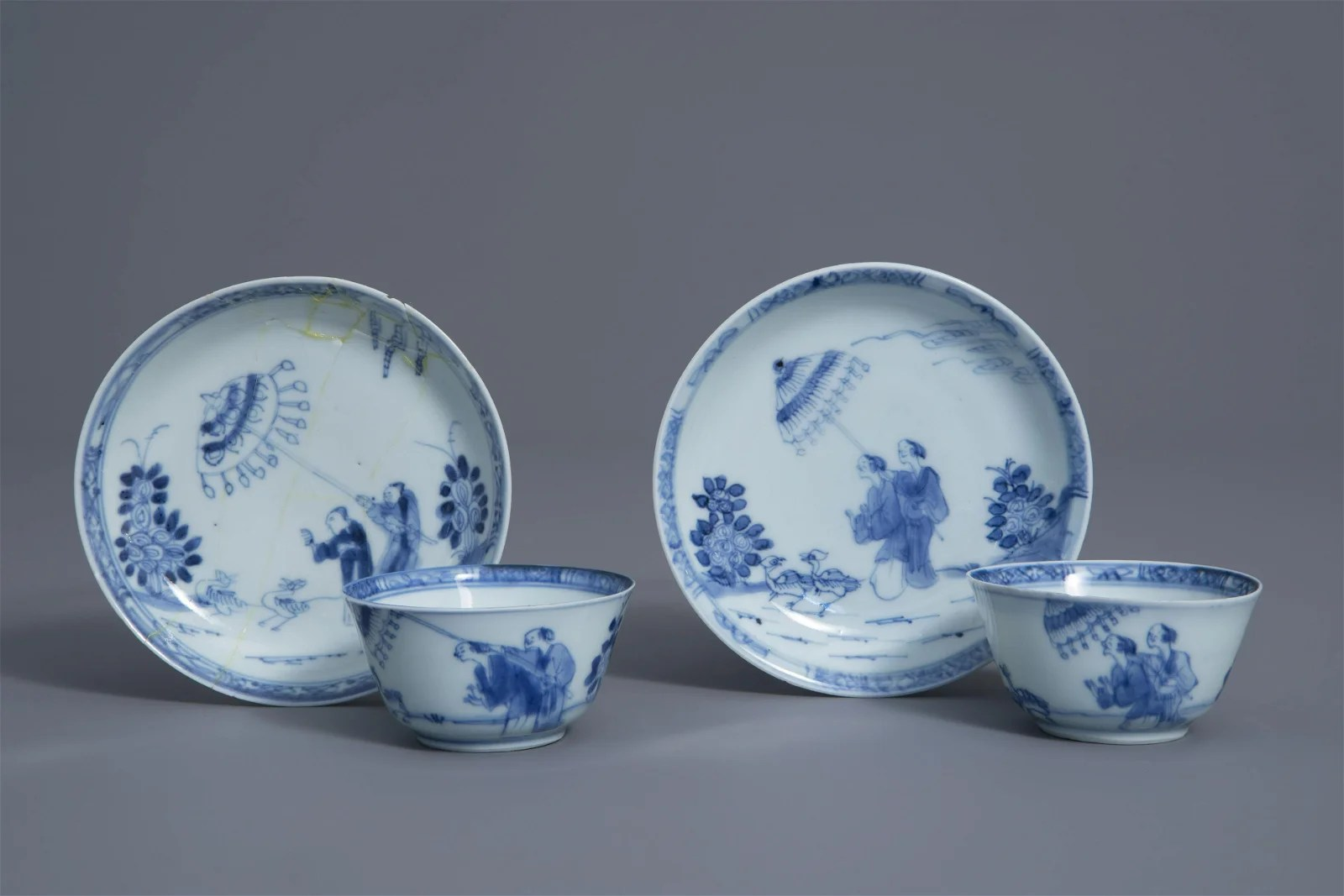 A pair of Chinese blue and white 'Dames au Parasol'