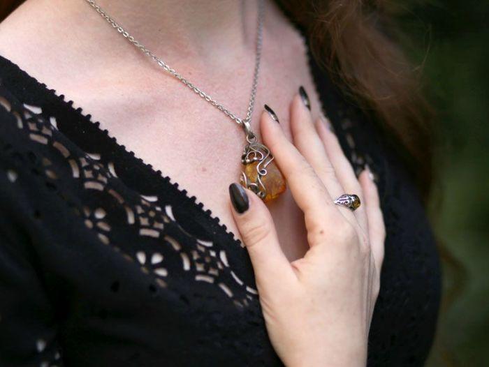 enue-du-jour-mode-petite-robe-noire-asos-ceinture-newlook-collier-pendentif-ambre-elfique-rousse-decollete-ajoure-balerines-h-et-m (3)