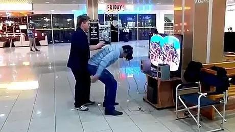 Inesperada reacción al probar un dispositivo de realidad virtual