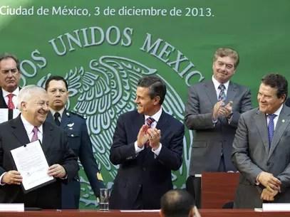 La dependencia encabezada por Emilio Chuayffet (izq.) prevé actualizar los materiales y tecnologías de la información. Foto: Presidencia de México / Especial