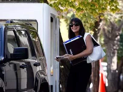 La futura secretaria de Estado llegó hasta el comando de la Presidenta electa, donde se desarrollan trabajos de coordinación para el nuevo Gobierno. Foto: Agencia UNO