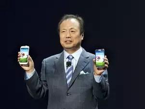 O chefe da divisão de aparelhos móveis da Samsung, J. K. Shin, mostra o novo smartphone da companhia, o Galaxy S4, disponível nas cores preta e branca Foto: AFP