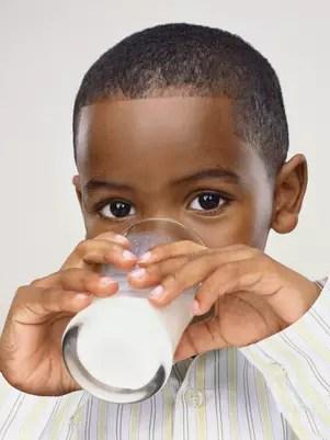 Especialistas recomendam o consumo de leite integral durante a infância Foto: Getty Images