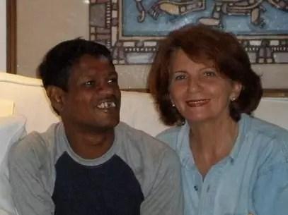 Sujit Kumar, o garoto-galinha, e Elizabeth Clayton, a australiana que o adotou Foto: Arquivo pessoal / Divulgação
