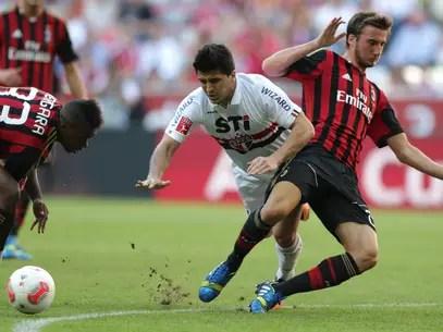Aloísio brigou com os zagueiros do Milan, mas levou pouco perigo Foto: AP