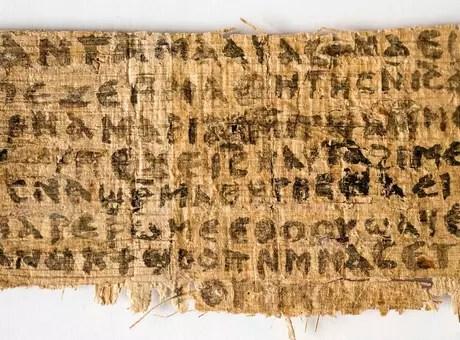 """Fragmento de papiro, conhecido como""""Evangelho da Esposa de Jesus"""", foi analisado por professores das universidades de Columbia,Harvard e do Massachusetts Institute of Technology (MIT) Foto: Karen L. King/Harvard University / Reuters"""