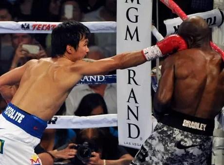 Certero jab que conecta el filipino sobre la humanidad del ex campeón. Foto: Getty Images