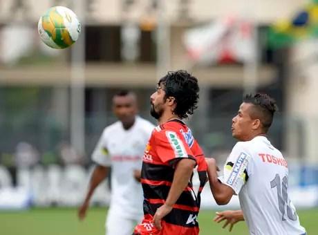 Cristian disputa bola na final do Campeonato Paulista entre Santos e Ituano Foto: Alan Morici / Terra