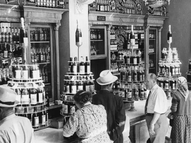Loja de bebidas alcoólicas em Moscou na década de 1950: teria a vodka ligação com as vitórias militares? Foto: Three Lions / Getty Images