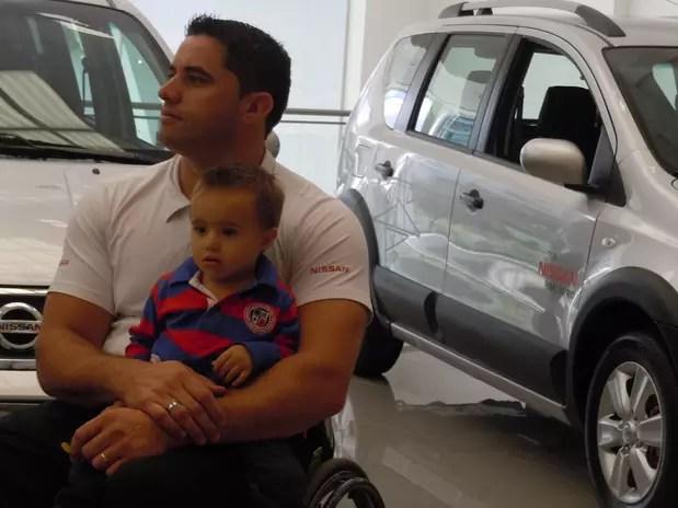 Jovane, com o filho no colo, foi selecionado pela Nissan para ganhar um carro adaptado Foto: Fernando Diniz / Terra