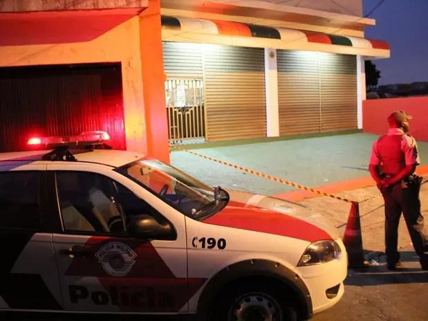 Comerciante e sobrinho foram mortos a tiros após reagir a assalto em pizzaria na vila Santa Maria, em São Paulo, na noite deste domingo Foto: Edison Temoteo / Futura Press