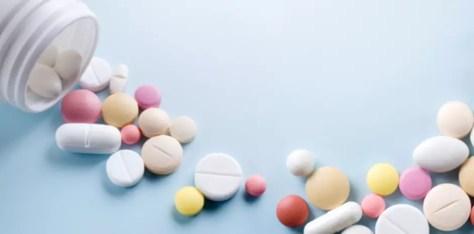 Uma das grandes preocupações quanto ao automedicamento são as possíveis interações medicamentosas. Por exemplo, se uma pessoa faz uso de anticoagulante e toma um anti-inflamatório, pode ter hemorragia e até morrer. Os analgésicos e anti-inflamatórios também podem agravar problemas gástricos e são contraindicados para quem já teve úlcera. Foto: Shutterstock
