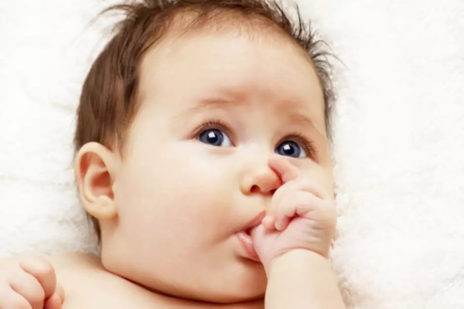 Quando o nenê começa a ter dentes? Por volta dos seis meses de idade ocorre a irrupção do primeiro dente na criança. No entanto essa é uma média e algumas crianças podem ter um pouco de antecipação ou atraso nesse processo, diz a dentista Adriana Lira Ortega, professora de Odontopediatria da Fundação para o Desenvolvimento Científico e Tecnológico da Odontologia da USP. Foto: Shutterstock