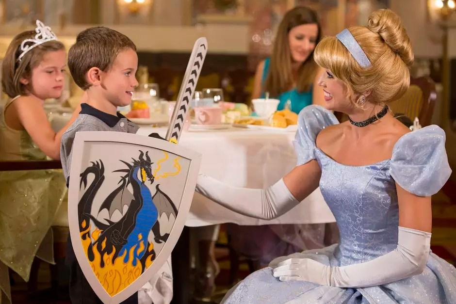 Chá real é oportunidade de brincar de realeza em cruzeiros Foto: Disney Cruise Line/Divulgação