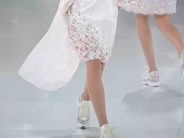 Karl Lagerfeld propôs tênis com roupas de luxo, mesmo com echarpes e brilho Foto: Getty Images
