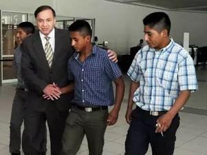 Los tres soldados, detenidos el pasado 25 de enero, se reunieron este jueves con el cónsul boliviano en Chile, Ramiro de la Fuente. Foto: Agencia Uno