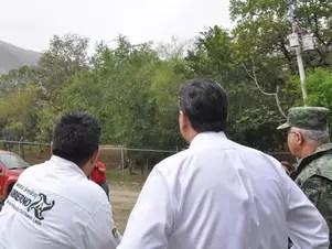 Autoridades inspeccionan las labores desde el lugar de los hechos donde más de 500 voluntarios tratan de extinguir el incendio Foto: Emilio Vásquez / Terra