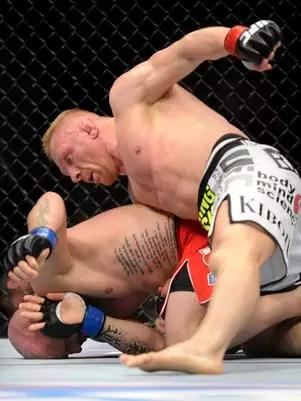 Dennis Siver golpeia Manny Gamburyan em dura vitória em Las Vegas Foto: AP