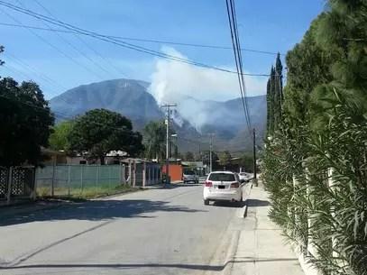 La cortina de humo es visible desde las comunidades aledañas al municipio de Santiago Foto: Tomada de Twitter