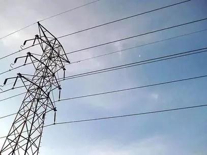 Tras la caída de las estructuras, se registró una interrupción del servicio eléctrico en Tecate y La Rumorosa que ya se está atendiendo, dijo la CFE. Foto: Archivo / Reforma