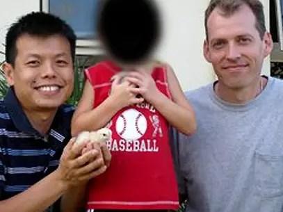Mark J. Newton y Peter Truon con el pequeño  que adoptaron. Foto: Reproducción/ABC