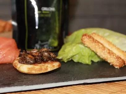 Grilos com gergelim é uma opção de aperitivo Foto: Crickeat / BBCBrasil.com
