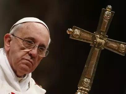 Papa Francisco contempla o público durante celebração de uma missa na Basílica de São Pedro, no Vaticano Foto: Tony Gentile / Reuters