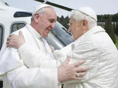 23 de março de 2013: Papa Francisco abraça o Papa Emérito Bento XVI quando ele chega à residência de verão Castelo Gandolfo Foto: Reuters