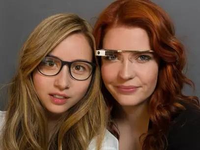 Amanda Rosenberg, à esquerda, é gerente de marketing do Google Glass Foto: Reprodução/Facebook