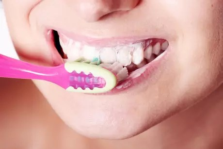 Se os alimentos que forem ser ingeridos (sólidos ou líquidos) forem muito ácidos, a escovação deve ser feita antes ou após 30 minutos de sua ingestão