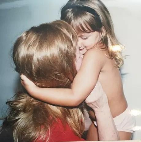 'Sassa beijando minha Aldinha de peruca... Lindas' Foto: @xuxamenegheloficial/Instagram / Reprodução