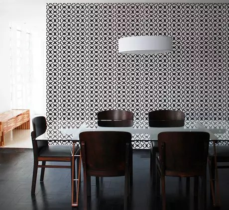 Um papel de parede em branco e preto também pode ser ideal para a sala de jantar; o ambiente fica mais sóbrio e igualmente confortável Foto: Divulgação