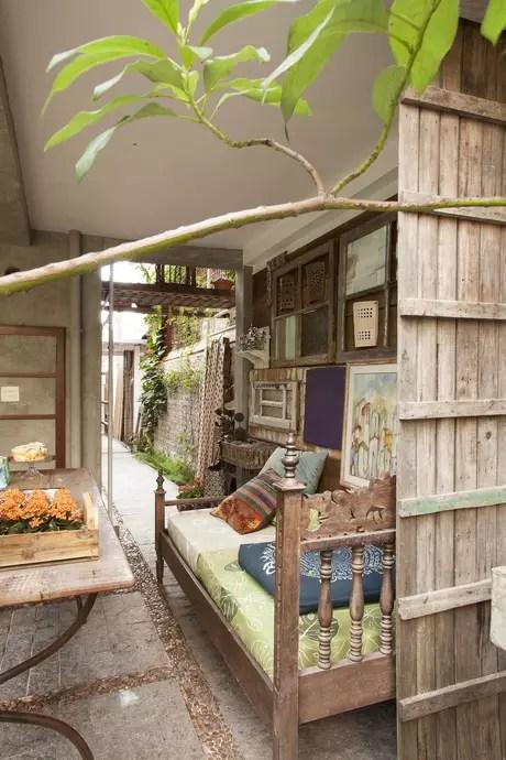 No ambiente com portões, janelas, ferro-velho restaurados e pintados, o caixote de feira sobre a mesa se transforma em suporte para vasos de flores.  A proposta é do escritório de arquitetura da Evelin Sayar. Informações: (11) 4991-6493