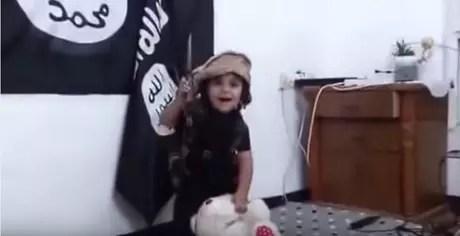 A roupa do menino é semelhante às usadas por Mohammed Emwazi, responsável pela morte do jornalista americano James Foley