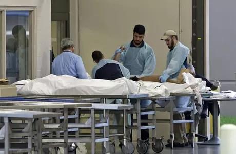 Una de las víctimas en la masacre del club nocturno de Orlando es llevada a la Oficina Forense el domingo 12 de junio del 2016 en Orlando, Florida.