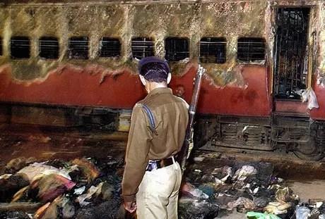 Os protestos começaram depois que um incêndio num trem em Godhra matou 60 hindus