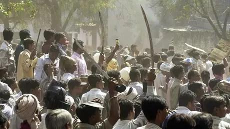 Por três dias em 2002, motins de hindus tomaram Gujarat, no oeste da Índia