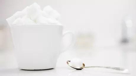 O açúcar, por si só, não eleva os riscos de câncer, ainda que aumente a obesidade