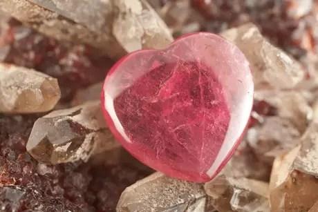 Cristal rosa atrai o amor