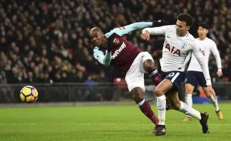 Dele Alli tenta a jogada com Ogbonna, do West Ham (Foto: Glyn Kirk / AFP)
