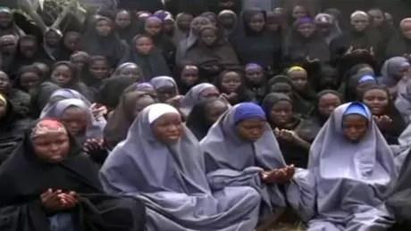 Cena de vídeo do Boko Haram, de 2014, mostra dezenas de jovens e meninas rezando