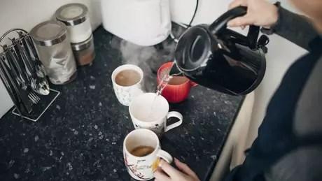 Fazer chá ou café podem se tornar atividades desafiadoras para quem tem Alzheimer