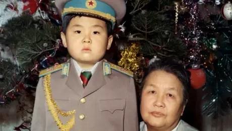 Kim Jong-nam era mais velho que Jong-un, mas se desentendeu com o pai; acabou sendo expurgado e morreu envenenado