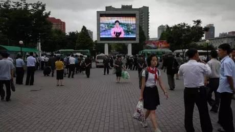 Telão em Pyongyang com noticiário; país tem um histórico de fome e isolamento