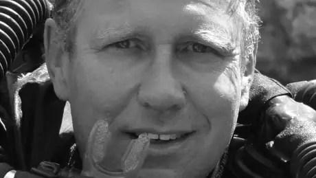Harris é reconhecido internacionalmente por seu trabalho como socorrista em cavernas; ele recebeu a triste notícia da morte do pai após o resgate dos meninos na Tailândia