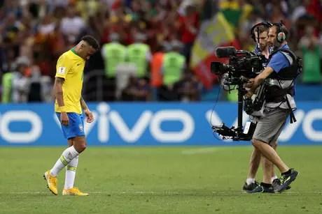 Neymar caminha em campo desapontado após eliminação contra a Bélgica