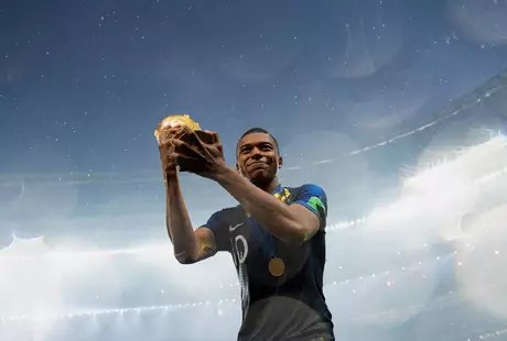 Mbappé comemora o título mundial com a taça da Copa