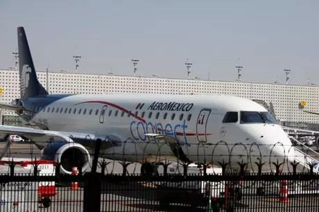 Avião Embraer ERJ-190AR da Aeromexico Connect  em pista no aeroporto internacional Benito Juarez, na Cidade do México. 28/11/ 2017. REUTERS/Ginnette Riquelme